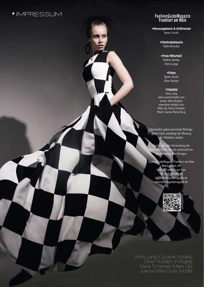 model-magazin-fashion-guide-anne-lang-long-dress-black-white-studio-shooting