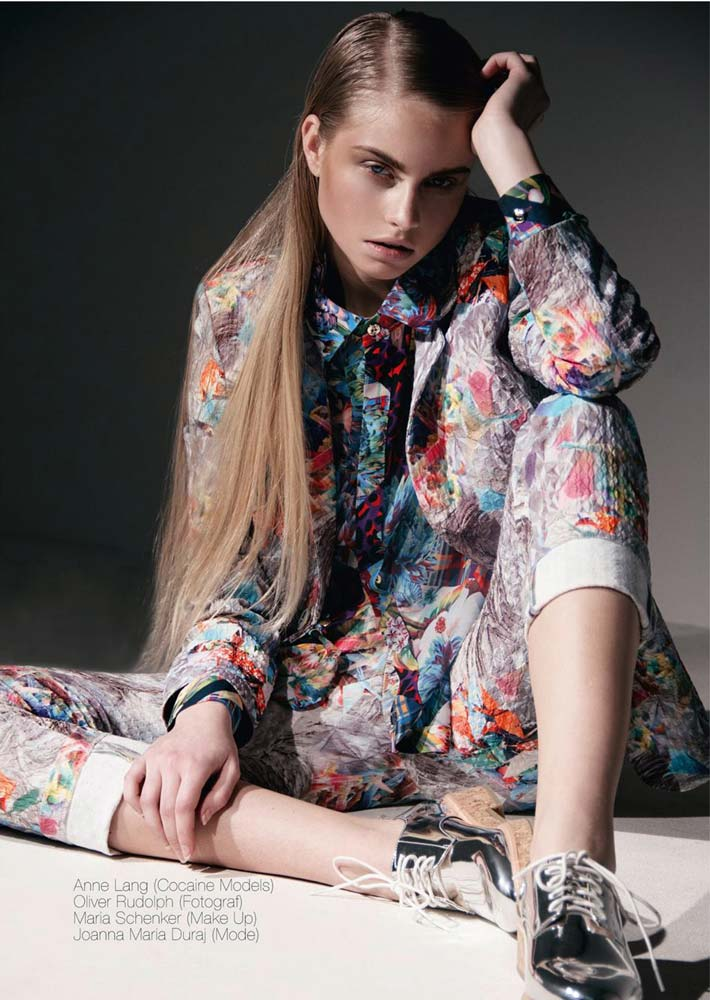 model-magazin-fashion-guide-anne-lang-sitting-thinking-straight-hair-colourful