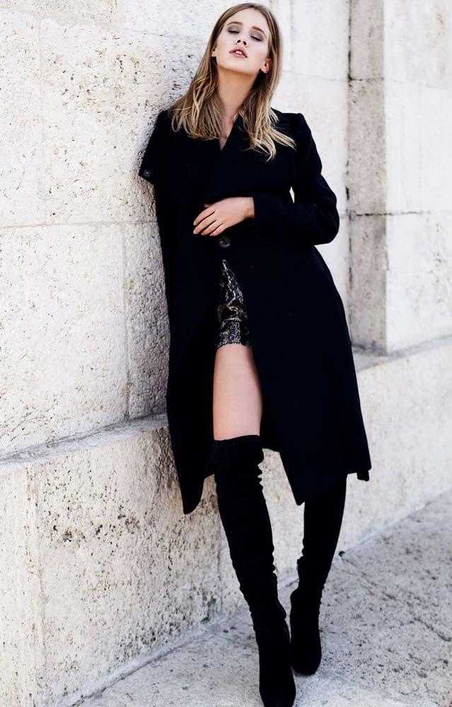 model-outdoor-overknees-black-coat-blonde-hair-beautiful-elegent