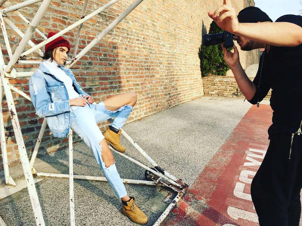 model-photographer-oliver-rudolph-behind-the-scene-outdoor-jeans-red-beanie