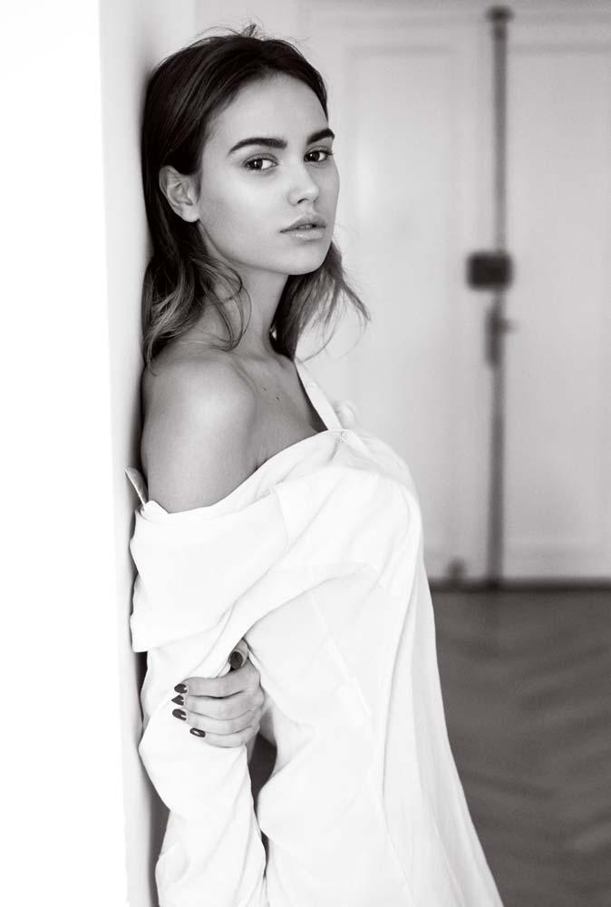 model-portrait-brown-hair-beautiful-black-white-apartement-white-blouse-mystherious